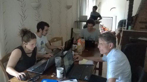 Groupe de travail chez l'un des bénévoles